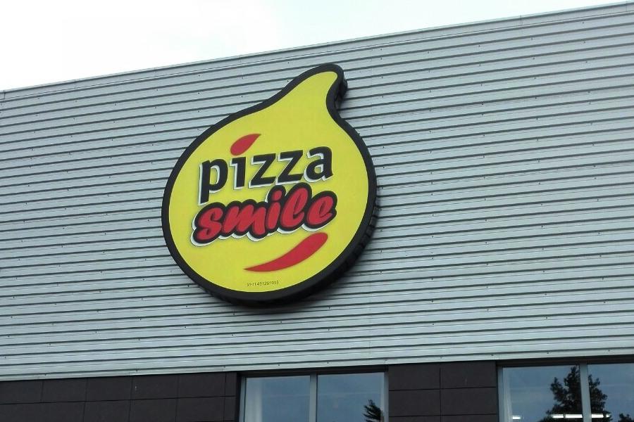 Наружная вывеска Pizza Smile.