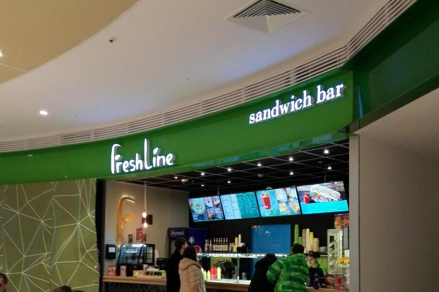 Вывеска для сэндвич - бара FreshLine. Световые объемные буквы на специальной подложке в торговом центре МОМО.